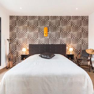 Aménagement d'une chambre parentale exotique de taille moyenne avec un mur multicolore et un sol en carrelage de céramique.
