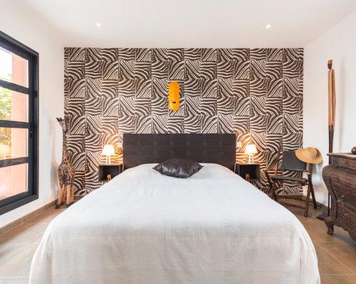 amnagement dune chambre adulte exotique de taille moyenne avec un mur multicolore et un - Chambre Exotique