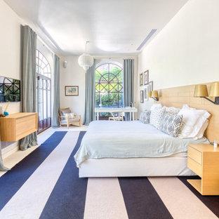 Inspiration pour une chambre parentale design avec un mur blanc, aucune cheminée et un sol blanc.