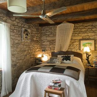 Imagen de habitación de invitados campestre, de tamaño medio, con suelo de madera en tonos medios
