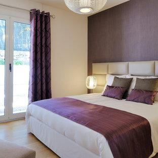 Aménagement d'une chambre adulte contemporaine avec un mur violet et un sol en bois clair.
