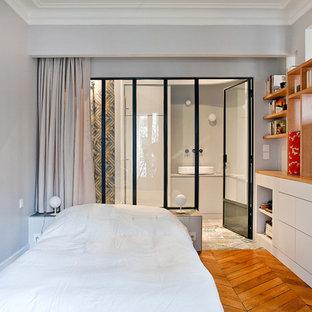 Свежая идея для дизайна: хозяйская спальня среднего размера в современном стиле с серыми стенами и паркетным полом среднего тона - отличное фото интерьера