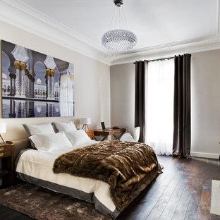 Cette photo montre une chambre chic avec un mur blanc, un sol en bois foncé et un sol marron.