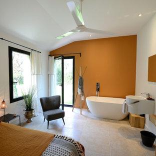 Diseño de dormitorio principal, moderno, grande, con parades naranjas, suelo de baldosas de cerámica y suelo beige