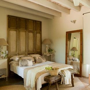 Idée de décoration pour une chambre parentale champêtre de taille moyenne avec un mur blanc.