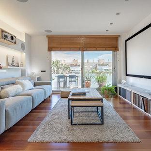 Mittelgroßes, Offenes Nordisches Heimkino mit weißer Wandfarbe, braunem Holzboden, braunem Boden und Leinwand in Barcelona