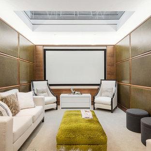Ejemplo de cine en casa cerrado, actual, de tamaño medio, con paredes marrones, moqueta, pantalla de proyección y suelo beige