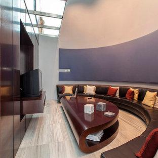 Idee per un grande home theatre tradizionale chiuso con pareti multicolore, pavimento in legno verniciato e parete attrezzata
