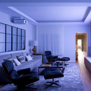 Mittelgroßes, Abgetrenntes Nordisches Heimkino mit weißer Wandfarbe, braunem Holzboden und Wand-TV in Barcelona