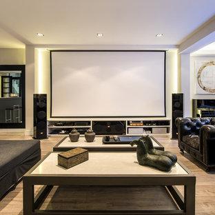 Diseño de cine en casa abierto, actual, grande, con paredes blancas, suelo de madera en tonos medios y pantalla de proyección