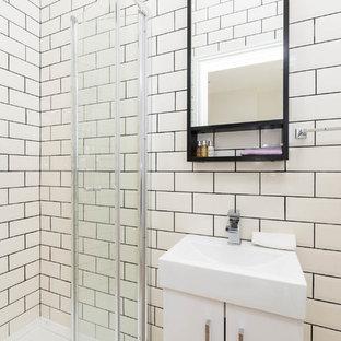 Свежая идея для дизайна: большой туалет в стиле модернизм с стеклянными фасадами, черными фасадами, унитазом-моноблоком, черно-белой плиткой, керамической плиткой, белыми стенами, мраморным полом, консольной раковиной и серым полом - отличное фото интерьера