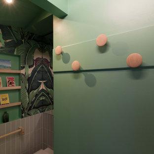 Пример оригинального дизайна: маленький туалет в стиле модернизм с стеклянными фасадами, фиолетовыми фасадами, инсталляцией, керамической плиткой, зелеными стенами, светлым паркетным полом, раковиной с пьедесталом и белым полом