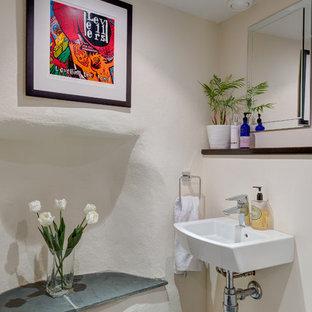 Idee per un piccolo bagno di servizio mediterraneo con lavabo sospeso, pareti bianche e pavimento in ardesia