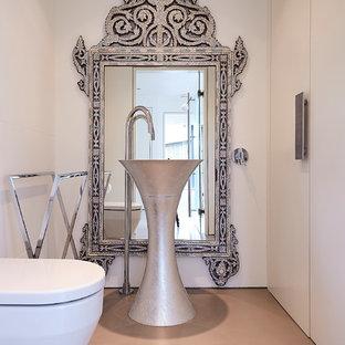Стильный дизайн: туалет среднего размера в средиземноморском стиле с плоскими фасадами, белыми фасадами, инсталляцией, белыми стенами и оранжевым полом - последний тренд