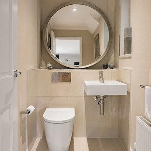 Idées déco pour un WC et toilettes contemporain de taille moyenne avec un WC à poser, un carrelage beige, des carreaux de céramique, un mur beige, un sol en carrelage de céramique et un lavabo suspendu.