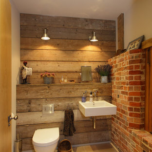 Diseño de aseo rural, de tamaño medio, con lavabo suspendido y sanitario de una pieza