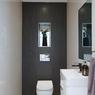 На фото: маленький туалет в современном стиле с плоскими фасадами, белыми фасадами, инсталляцией, коричневой плиткой, керамической плиткой, бежевыми стенами, полом из керамической плитки, подвесной раковиной, бежевым полом, белой столешницей и столешницей из искусственного камня с