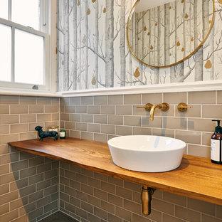 Идея дизайна: большой туалет в стиле фьюжн с открытыми фасадами, фасадами цвета дерева среднего тона, унитазом-моноблоком, серой плиткой, плиткой кабанчик, серыми стенами, паркетным полом среднего тона, консольной раковиной и столешницей из дерева