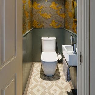 Diseño de aseo clásico con lavabo suspendido, sanitario de dos piezas y paredes multicolor