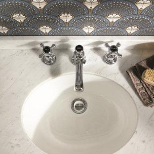 Esempio di un piccolo bagno di servizio bohémian con ante in stile shaker, ante grigie, pareti multicolore, lavabo da incasso, top in marmo, pavimento marrone e top grigio