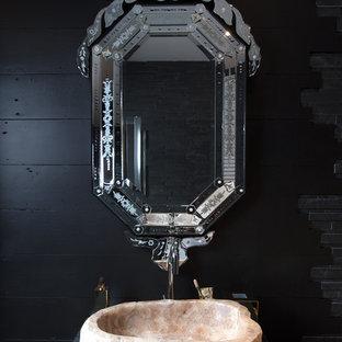 Inspiration för eklektiska toaletter, med svarta väggar och ett fristående handfat