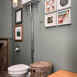 Cette image montre un WC et toilettes victorien de taille moyenne avec un WC séparé, un mur vert et un sol en linoléum.