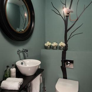 Immagine di un bagno di servizio design con lavabo a bacinella e pareti blu
