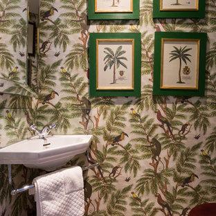 Esempio di un piccolo bagno di servizio tropicale con parquet chiaro, lavabo sospeso, pavimento beige e pareti multicolore