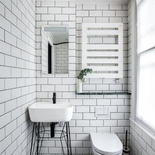 Foto på ett litet eklektiskt grön toalett, med en vägghängd toalettstol, vit kakel, tunnelbanekakel, vita väggar, klinkergolv i keramik, ett piedestal handfat, marmorbänkskiva och flerfärgat golv
