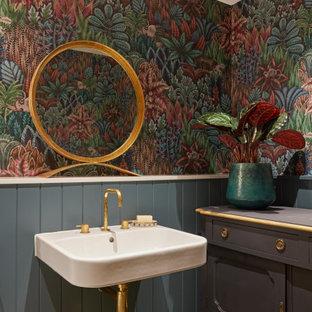 На фото: туалет в викторианском стиле с разноцветными стенами, подвесной раковиной, разноцветным полом, стенами из вагонки, панелями на стенах и обоями на стенах с