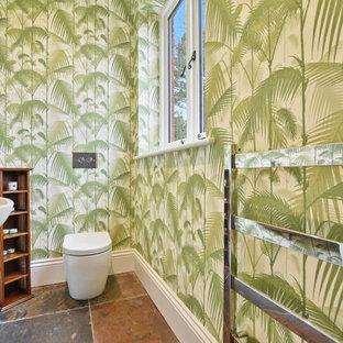 他の地域の中くらいのトロピカルスタイルのおしゃれなトイレ・洗面所 (一体型トイレ、ベッセル式洗面器、茶色い床) の写真