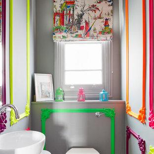 ロンドンの小さいエクレクティックスタイルのおしゃれなトイレ・洗面所 (一体型トイレ、グレーの壁、ベッセル式洗面器) の写真