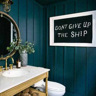 Inspiration för ett vintage vit vitt toalett, med öppna hyllor, skåp i mellenmörkt trä, en toalettstol med separat cisternkåpa, blå väggar, ett undermonterad handfat, bänkskiva i kvarts och flerfärgat golv