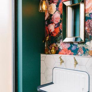 Cette image montre un petit WC et toilettes traditionnel avec un mur multicolore, un lavabo suspendu et un WC à poser.