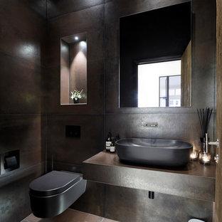 Aménagement d'un petit WC et toilettes contemporain avec un placard avec porte à panneau encastré, des portes de placard en bois sombre, un WC suspendu, des carreaux de céramique, un sol en carrelage de céramique, une grande vasque et un plan de toilette en carrelage.