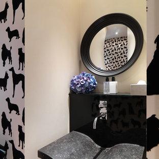 Inspiration pour un petit WC et toilettes bohème avec un placard à porte plane, des portes de placard noires, un WC à poser, des carreaux de céramique, un mur blanc, un sol en carrelage de céramique, une grande vasque, un plan de toilette en granite et un carrelage noir.