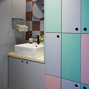 Стильный дизайн: туалет в стиле фьюжн с плоскими фасадами и фиолетовыми стенами - последний тренд