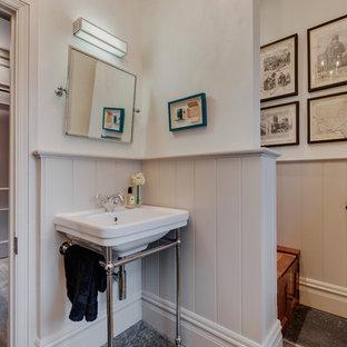 Immagine di un piccolo bagno di servizio country con ante a filo, ante grigie, WC sospeso, pareti grigie, pavimento in ardesia, lavabo a colonna e pavimento grigio