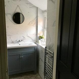 На фото: с невысоким бюджетом маленькие туалеты в стиле фьюжн с фасадами островного типа, синими фасадами, серой плиткой, керамогранитной плиткой, полом из керамогранита, накладной раковиной и серым полом