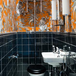 Свежая идея для дизайна: туалет среднего размера в стиле современная классика с раздельным унитазом, черной плиткой, керамогранитной плиткой, полом из керамогранита, подвесной раковиной, разноцветными стенами и разноцветным полом - отличное фото интерьера