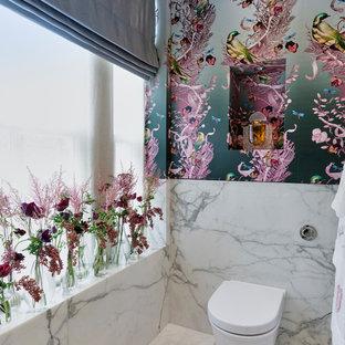 Foto di un piccolo bagno di servizio etnico con pareti multicolore, pavimento in marmo, pavimento bianco, WC monopezzo e piastrelle di marmo