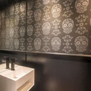 Свежая идея для дизайна: маленький туалет в стиле фьюжн с черными стенами, светлым паркетным полом и подвесной раковиной - отличное фото интерьера