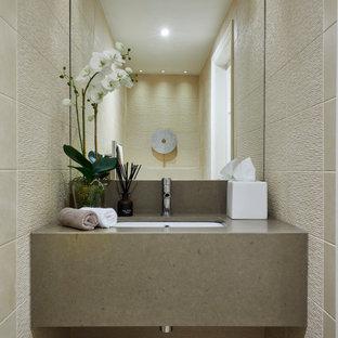 Idéer för att renovera ett litet funkis beige beige toalett, med beige skåp, beige kakel, porslinskakel, beige väggar, klinkergolv i keramik, bänkskiva i kvartsit, beiget golv och ett undermonterad handfat