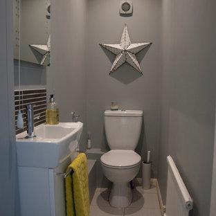 Kleine Moderne Gästetoilette mit Wandwaschbecken, weißen Schränken, Toilette mit Aufsatzspülkasten, grauer Wandfarbe, Keramikboden und beigefarbenen Fliesen in Berkshire