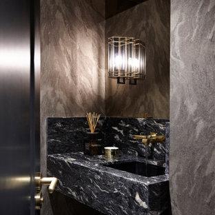 ロンドンの小さいトラディショナルスタイルのおしゃれなトイレ・洗面所 (壁掛け式トイレ、マルチカラーの壁、濃色無垢フローリング、壁付け型シンク、大理石の洗面台、茶色い床、マルチカラーの洗面カウンター、折り上げ天井) の写真