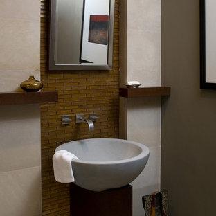 Свежая идея для дизайна: маленький туалет в современном стиле с унитазом-моноблоком, коричневой плиткой, стеклянной плиткой, бежевыми стенами и настольной раковиной - отличное фото интерьера