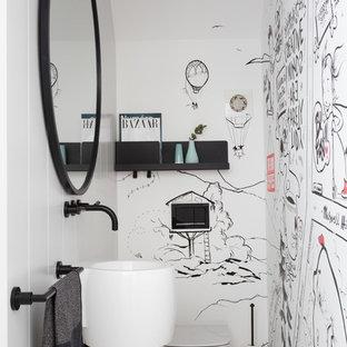 Exemple d'un WC et toilettes tendance de taille moyenne avec un WC suspendu, un mur blanc, un sol en marbre, un lavabo suspendu et un sol gris.