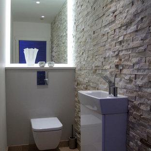 ロンドンのコンテンポラリースタイルのおしゃれなトイレ・洗面所 (ライムストーンタイル) の写真