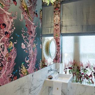 Неиссякаемый источник вдохновения для домашнего уюта: туалет в современном стиле с разноцветными стенами, мраморным полом, подвесной раковиной и белым полом