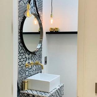 Esempio di un piccolo bagno di servizio industriale con piastrelle bianche, piastrelle di cemento, pavimento in cemento, lavabo sospeso, top piastrellato, pavimento grigio e top multicolore